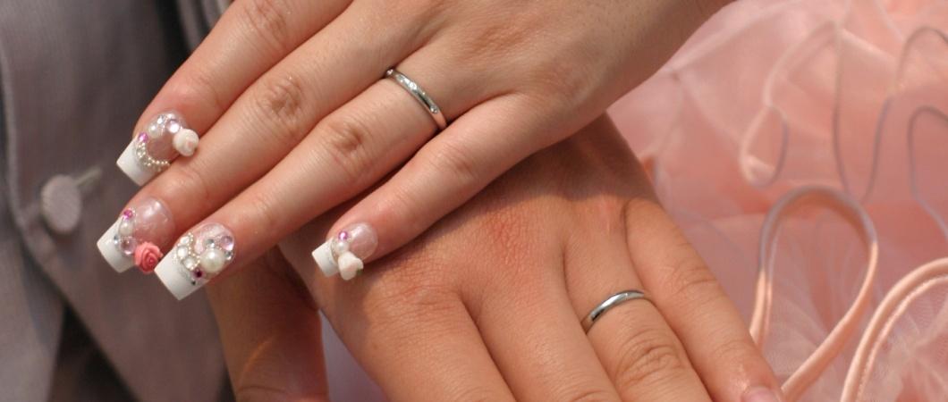 結婚指輪を見せる夫婦