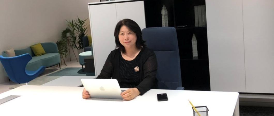 デスクでパソコンに向かう女性