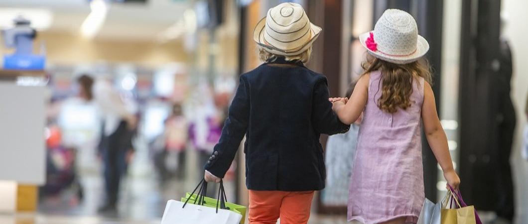 男の子と女の子がおしゃれして仲良く歩いている