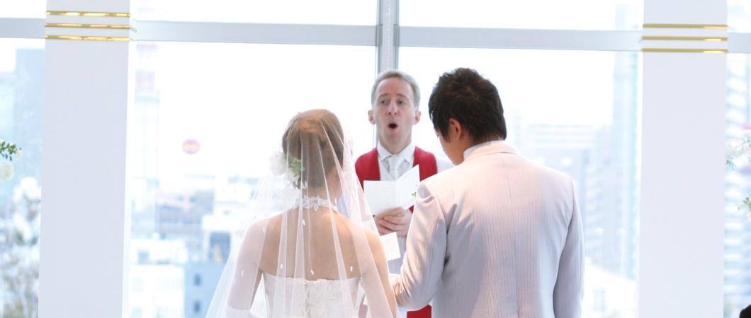 チャペル式の結婚式の場面